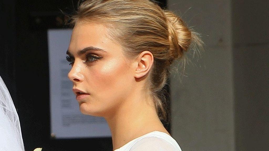 Cara eligió para su 'look' un recogido sencillo y maquillaje natural