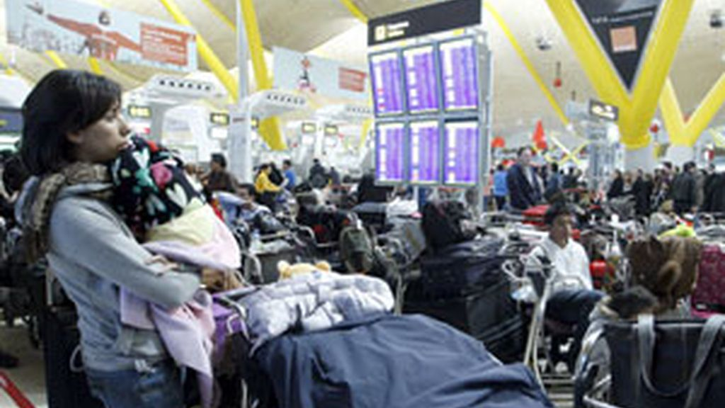 Imagen de la espera de los pasajeros en Barajas. Foto:EFE