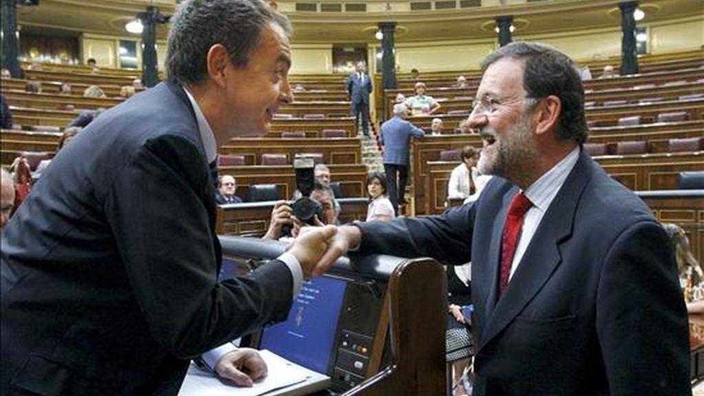 El presidente del Gobierno, José Luis Rodríguez Zapatero (i), saluda al líder del PP, Mariano Rajoy, a su llegada al Congreso donde hoy se celebra la sesión de control al Ejecutivo, y en la que se hablará, entre otros asuntos, sobre las críticas del Banco de España al aumento del déficit público. EFE