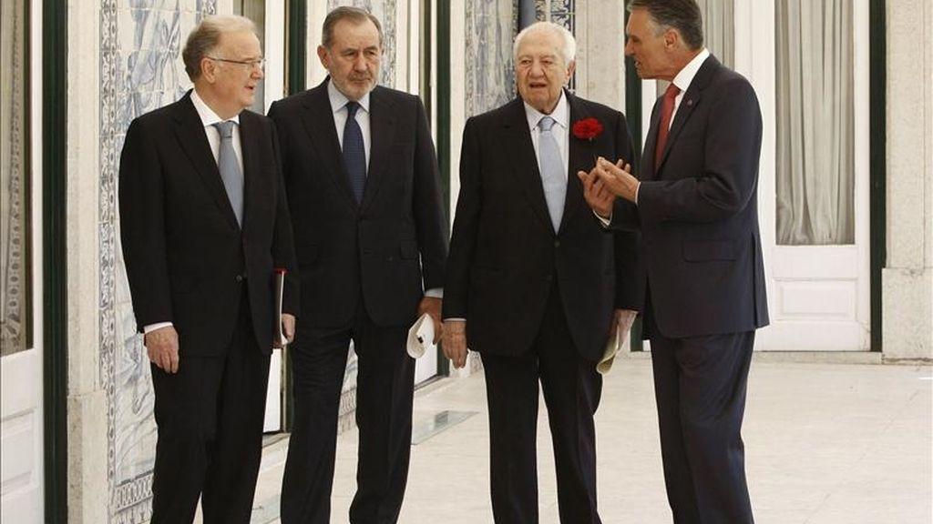 El jefe de Estado portugúes, Cavaco Silva (d), acompañado por sus predecesores desde 1974, Mario Soares (2d), Jorge Sampaio (i) y Ramalho Eanes (2i), durante las celebraciones del 37º aniversario de la Revolución del 25 de Abril, en el palacio de Belem, en Lisboa, Portugal. EFE