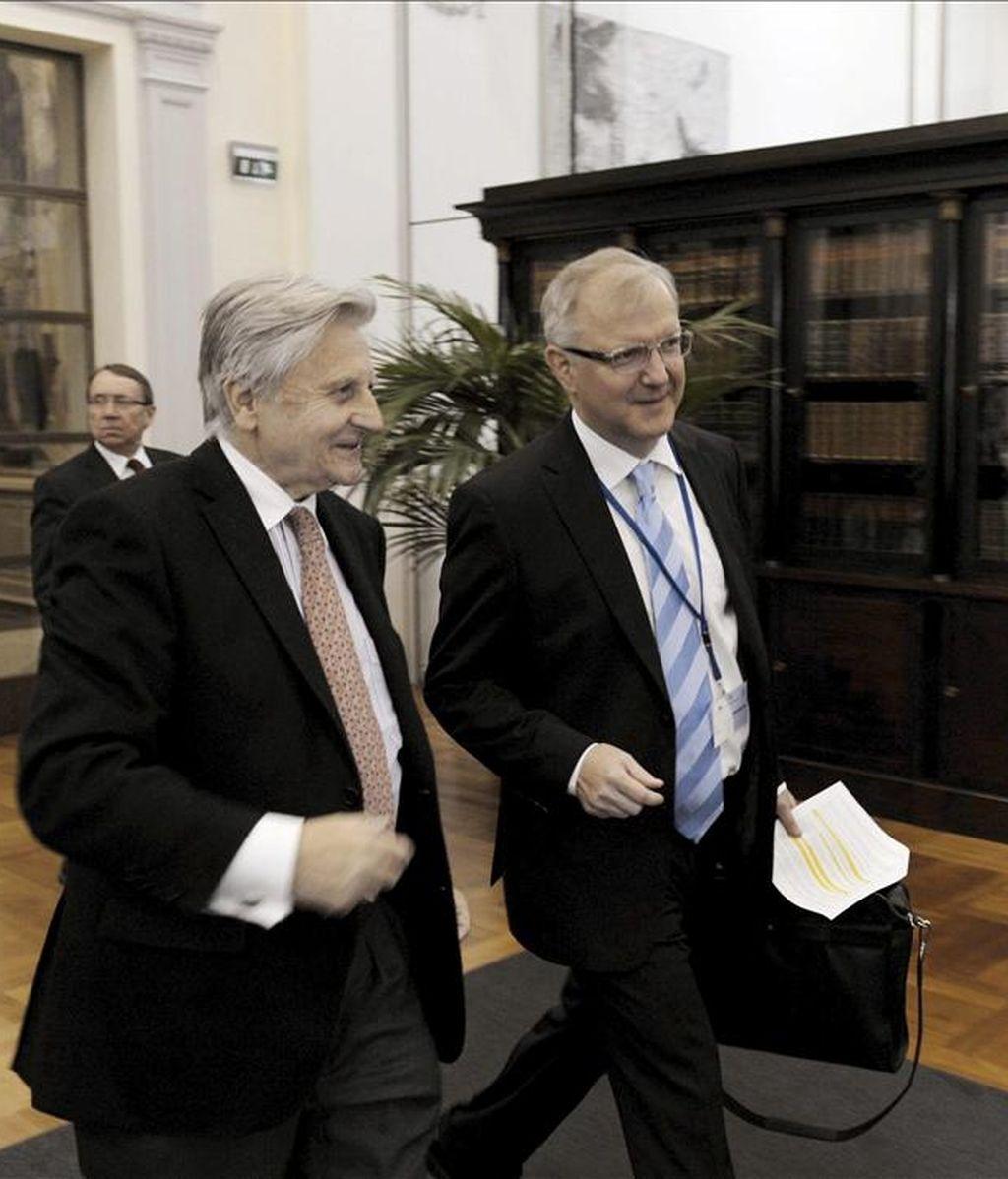El presidente del Banco Central Europeo, Jean-Claude Trichet (izq), conversa con el comisario europeo de Asuntos Económicos y Monetarios, Olli Rehn (dcha), a su llegada a la reunión de los miembros del consejo directivo del Banco Central Europeo celebrada en Helsinki (Finlandia). EFE