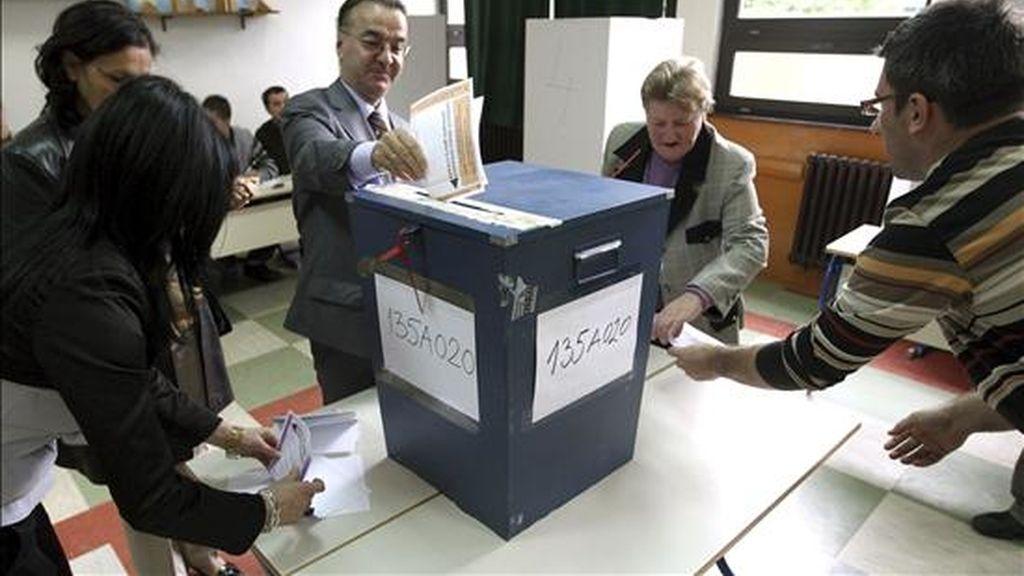 Electores votan en las elecciones generales en Bosnia y Herzegovina en Sarajevo, Bosnia. EFE