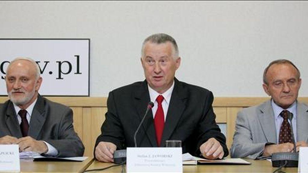 El presidente de la Comisión electoral, Stefan Jaworski (c), en una rueda de prensa en Varsovia junto a los secretarios Jan Kacprzak (d) y Kazimierz Czaplicki, un día después de la celebración de las elecciones presidenciales. EFE