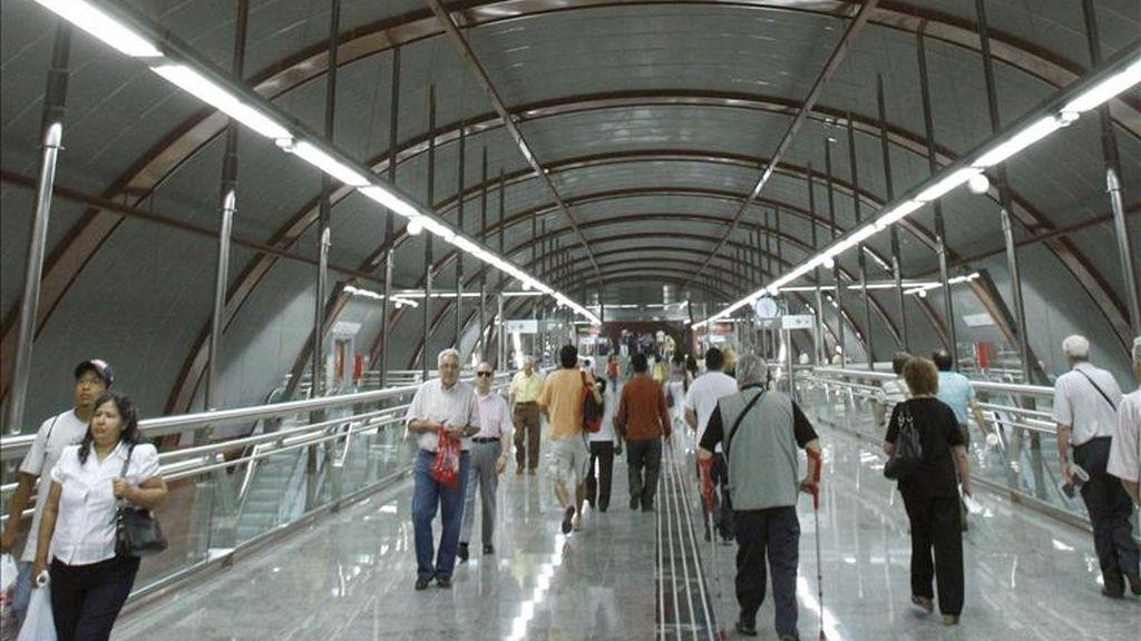En la imagen, pasajeros en la estación de Cercanías de Sol, en el centro de Madrid. EFE/Archivo