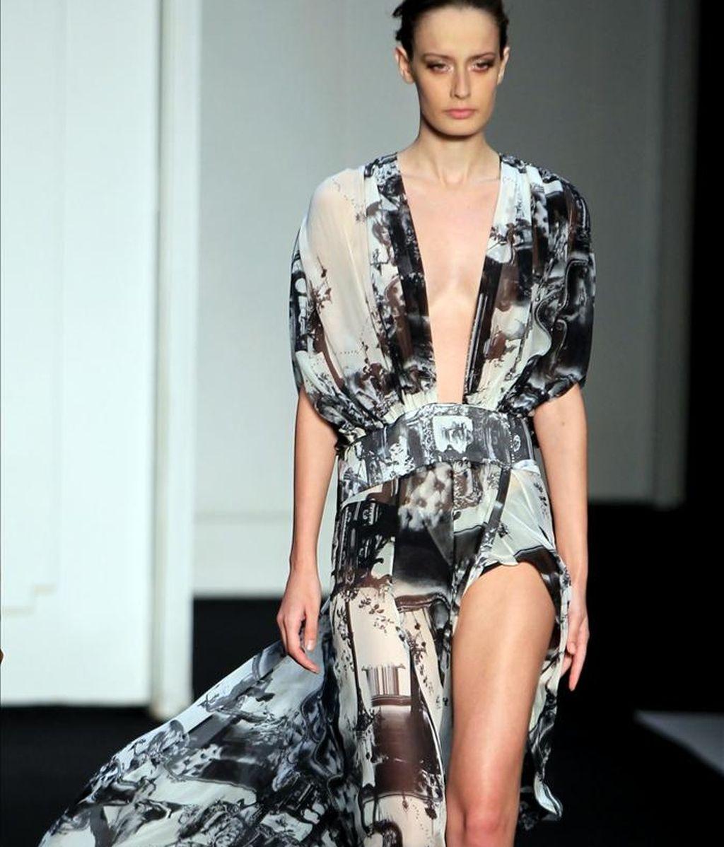 Una modelo presenta un diseño de la marca Filhas de Gaia durante la Semana de la Moda Invierno Fashion Río, en el Píer Mauá, en Río de Janeiro (Brasil). EFE/ EFE