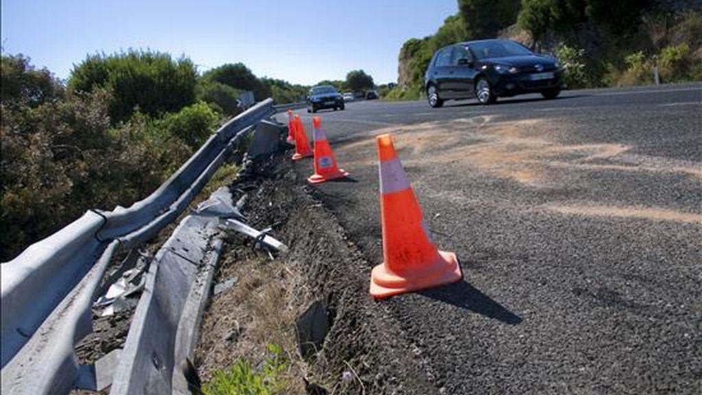 Un turismo, que invadió el carril contrario en la carretera general de Menorca, colisionó con un grupo de ciclistas, dos de los cuales murieron y otros dos resultaron heridos. EFE