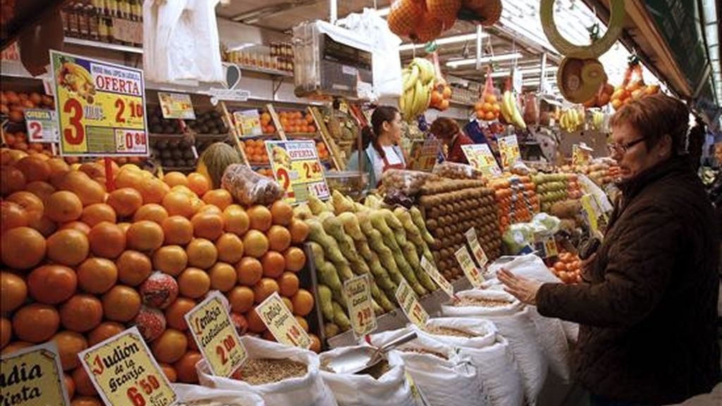 Una mujer compra en un mercado madrileño. EFE/Archivo
