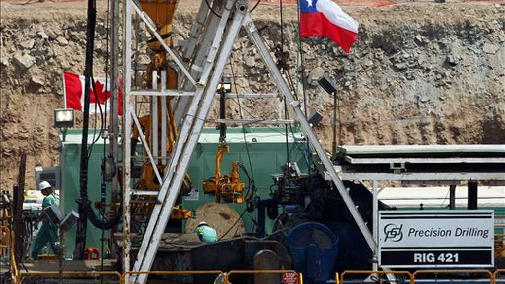 Vista de la plataforma de la máquina petrolera RIG 42 que trabaja en el rescate de los 33 mineros atrapados en la mina San José, cerca de la ciudad de Copiapó, a unos 830 kilómetros de Santiago (Chile). EFE