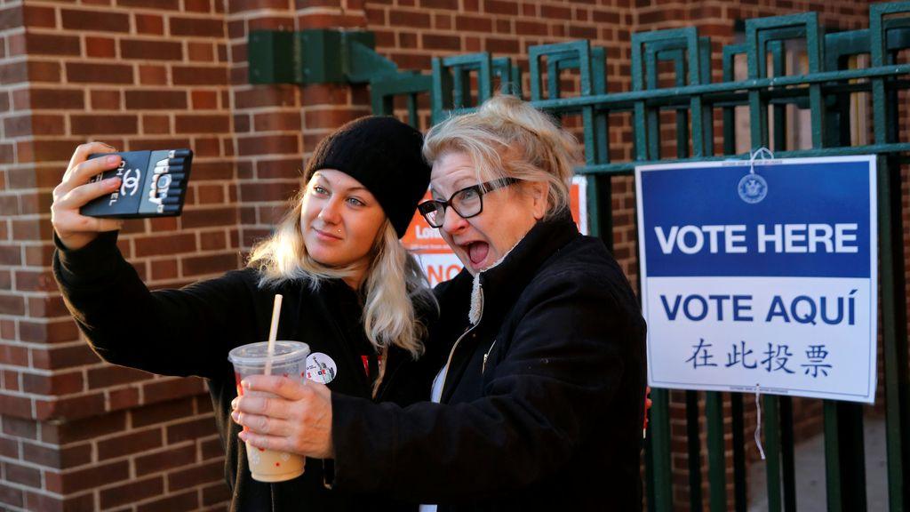 Una chica que vota por primera vez inmortaliza el momento junto a su madre