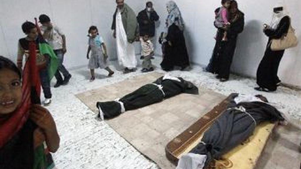 Los cuerpos de Muamar Gadafi, su hijo y su ex ministro de Defensa, fueron exhibidos durante cuatro días en una cámara frigorífica. Foto REUTERS