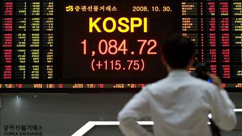 Un inversor en sigue la fluctuación de la bolsa en Seúl, Corea del Sur. EFE