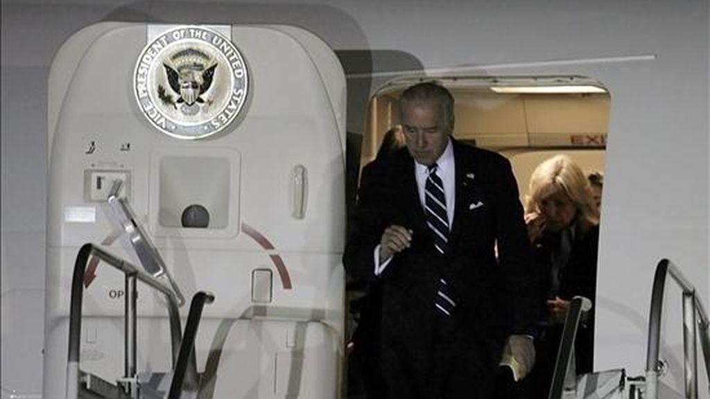 El vicepresidente de Estados Unidos, Joseph Biden, llega hoy, 27 de marzo de 2009, al Aeropuerto Internacional de Santiago (Chile). Biden participará en la VI Cumbre de Líderes Progresistas que se celebrará en la ciudad costera de Viña del Mar, a 120 kilómetros al noroeste de Santiago (Chile). EFE