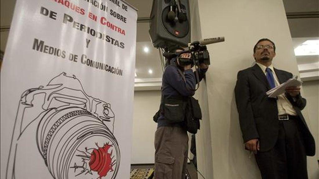 Un camarógrafo y un reportero llevan a cabo su labor durante una rueda de prensa ofrecida el 18 de agosto de 2008 en un hotel de Ciudad de México, donde una coalición internacional de asociaciones de periodistas denunció que veinticuatro informadores han sido asesinados y doce permanecen desaparecidos en México en los últimos tres años. EFE