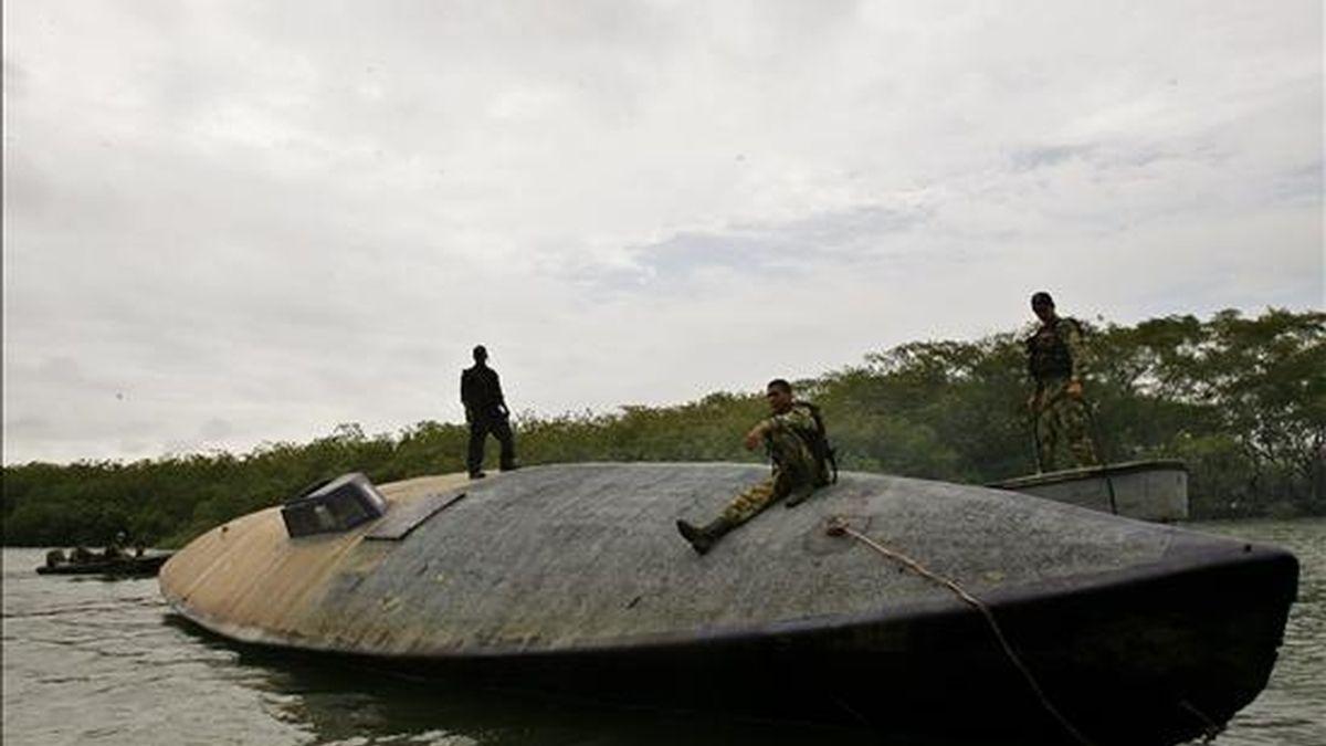 Miembros de la Armada Nacional custodian en Playa del Vigía (Colombia), uno de los cinco submarinos que han sido decomisados en menos de una semana en el Pacífico colombiano. EFE