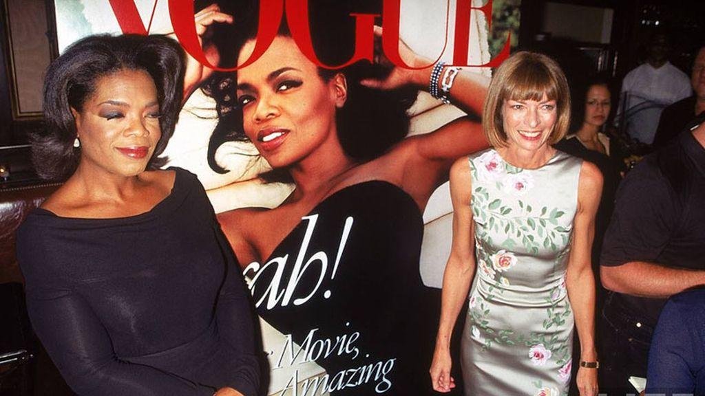 Oprah Winfrey y Anna Wintour ante la portada de Vogue que protagonizó la primera tras ser obligada a perder peso.