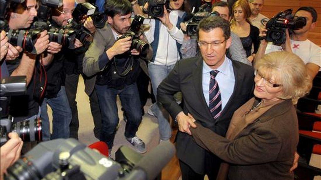 El presidente electo de la Xunta, Alberto Núñez Feijóo (2d), se abraza a su madre, Sira Feijóo (d), tras ser elegido con la mayoría absoluta de los 38 diputados del PP, durante el pleno del debate de investidura, esta tarde en el Parlamento de Galicia en Santiago de Compostela. EFE