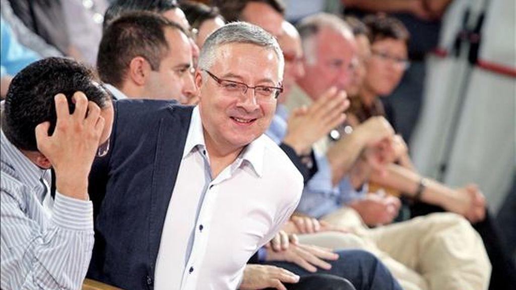 El vicecesecretario general del PSOE, José Blanco, se quita la chaqueta a su llegada al acto de clausura de la Escuela de Verano Municipal organizada por la secretaría de Ciudades y Política Municipal. EFE
