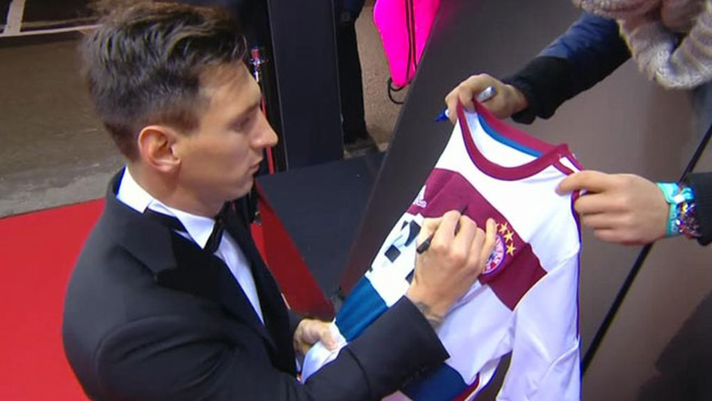 Messi recuerda a Guardiola firmando una camiseta del Bayern