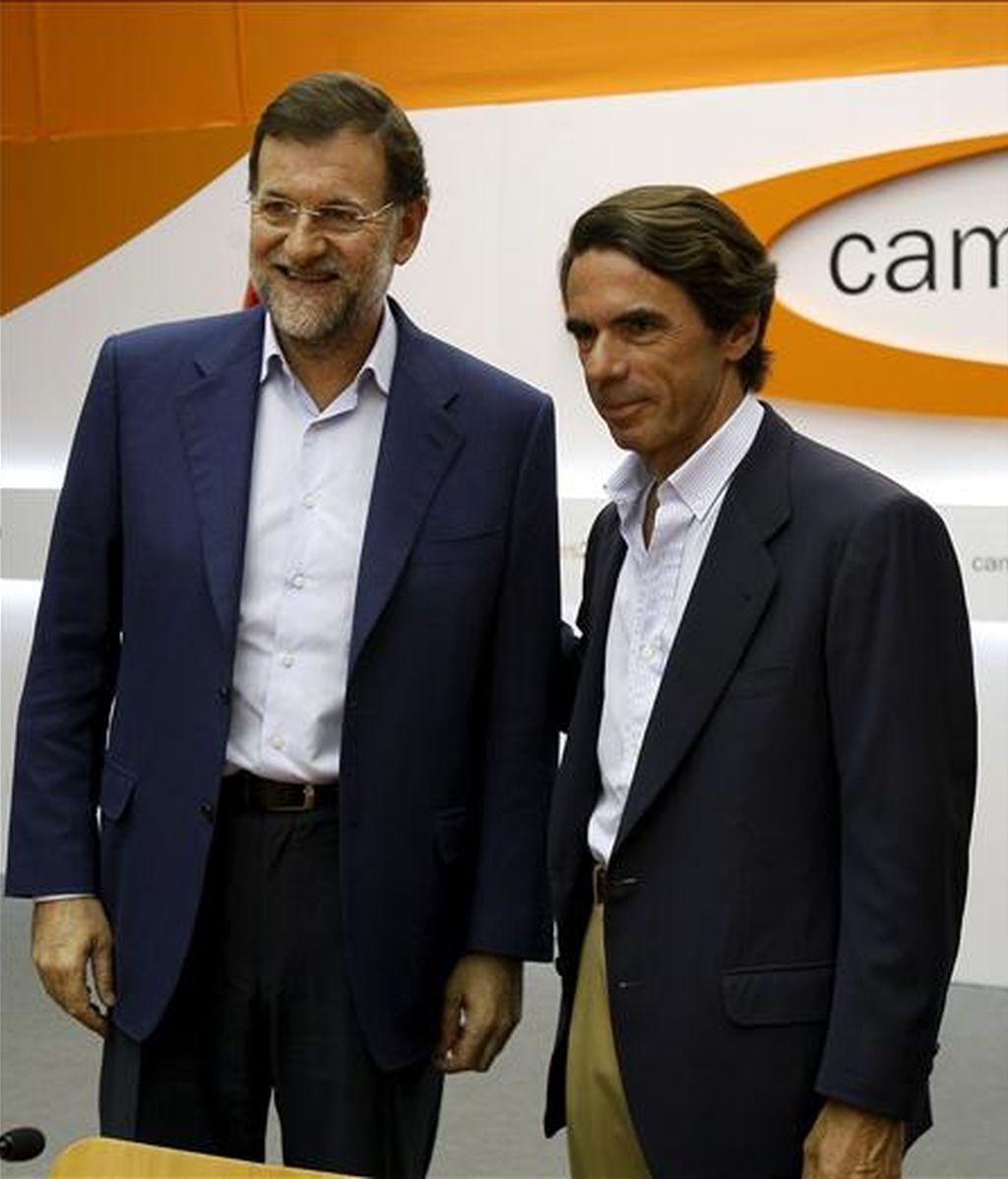 El presidente del Partido Popular, Mariano Rajoy (i), que intervino hoy en la clausura del campus de verano FAES, que tiene lugar en Navacerrada (Madrid), acompañado del ex presidente del Gobierno y el presidente de Honor del PP, José María Aznar. EFE