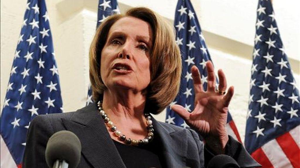 La presidenta de la Cámara de Representantes de los Estados Unidos, Nancy Pelosi, habla ante la prensa sobre el plan de estímulo económico de 838.000 millones de dólares, en el Capitolio en Washington, DC (EEUU). EFE