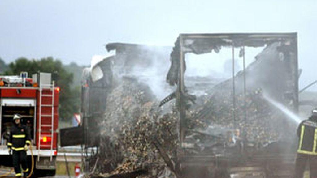 Accidente mortal registrado en el término municipal de Olague (Navarra) en el que han muerto tres personas. Foto: EFE.