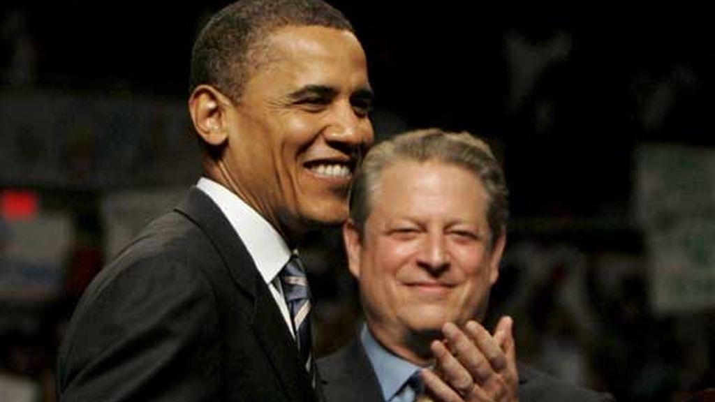 El senador estadounidense y candidato demócrata Barack Obama (c) en un evento político en Michigan en donde recibió el apoyo del vicepresidente Al Gore (d). Foto: EFE