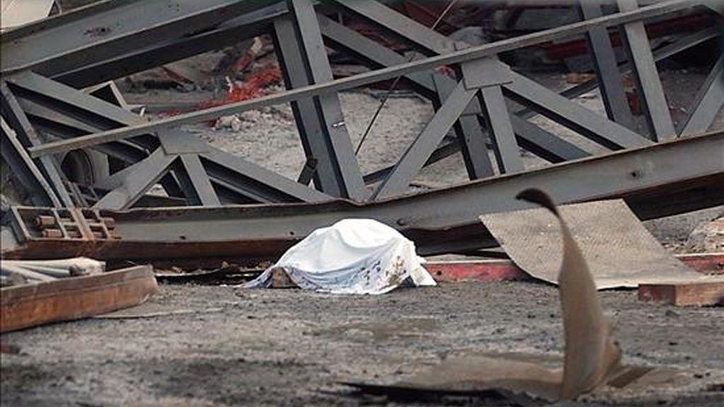 Uno de los fallecidos en el accidente que se produjo en 2005 tras derrumbarse una plataforma en las obras de la Autovía del Mediterráneo, en la zona de Torrecuevas, a unos tres kilómetros de Almuñécar (Granada). EFE/Archivo