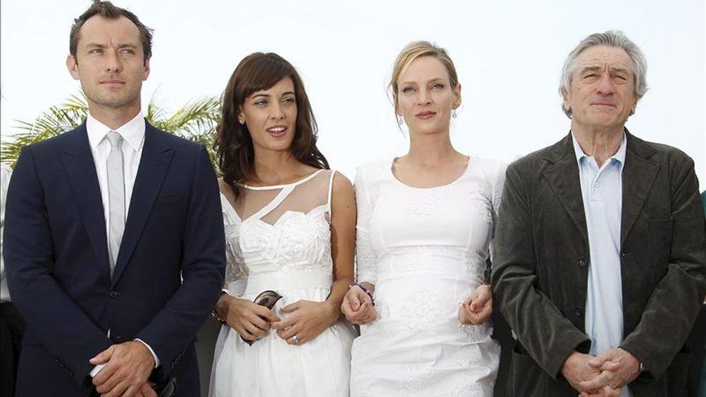 El actor británico Jude Law, la actriz argentina Martina Gusman, la actriz estadounidense Uma Thurman y el actor estadounidense y presidente del jurado, Robert de Niro, posan durante el pase gráfico de los miembros del jurado en la 64ª edición del Festival de Cine de Cannes. EFE