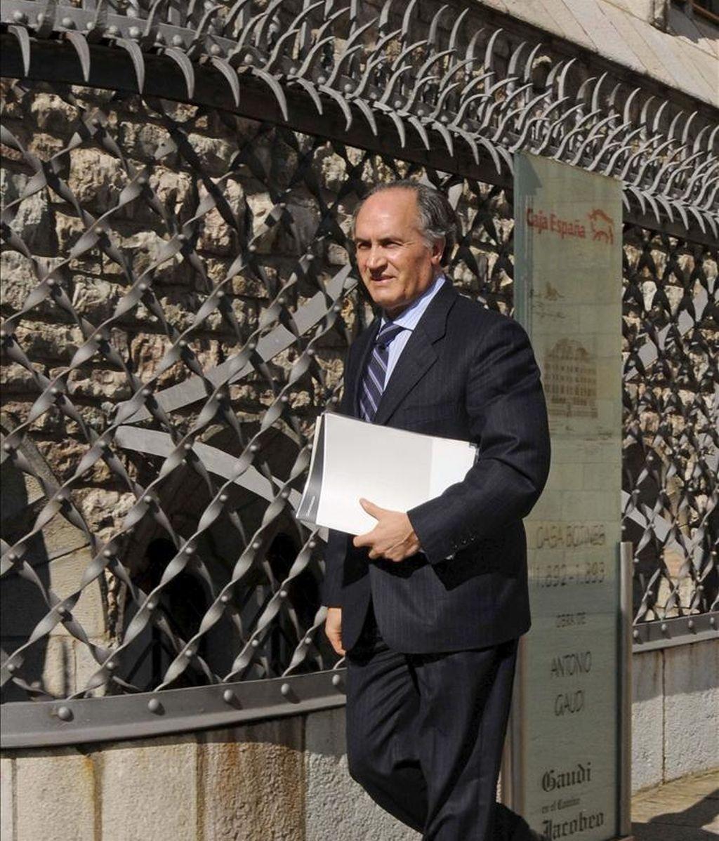 El presidente de la entidad, Evaristo del Canto, a su llegada al Consejo de Administración de Caja España-Duero que ha tenido lugar esta tarde en León. EFE/Archivo