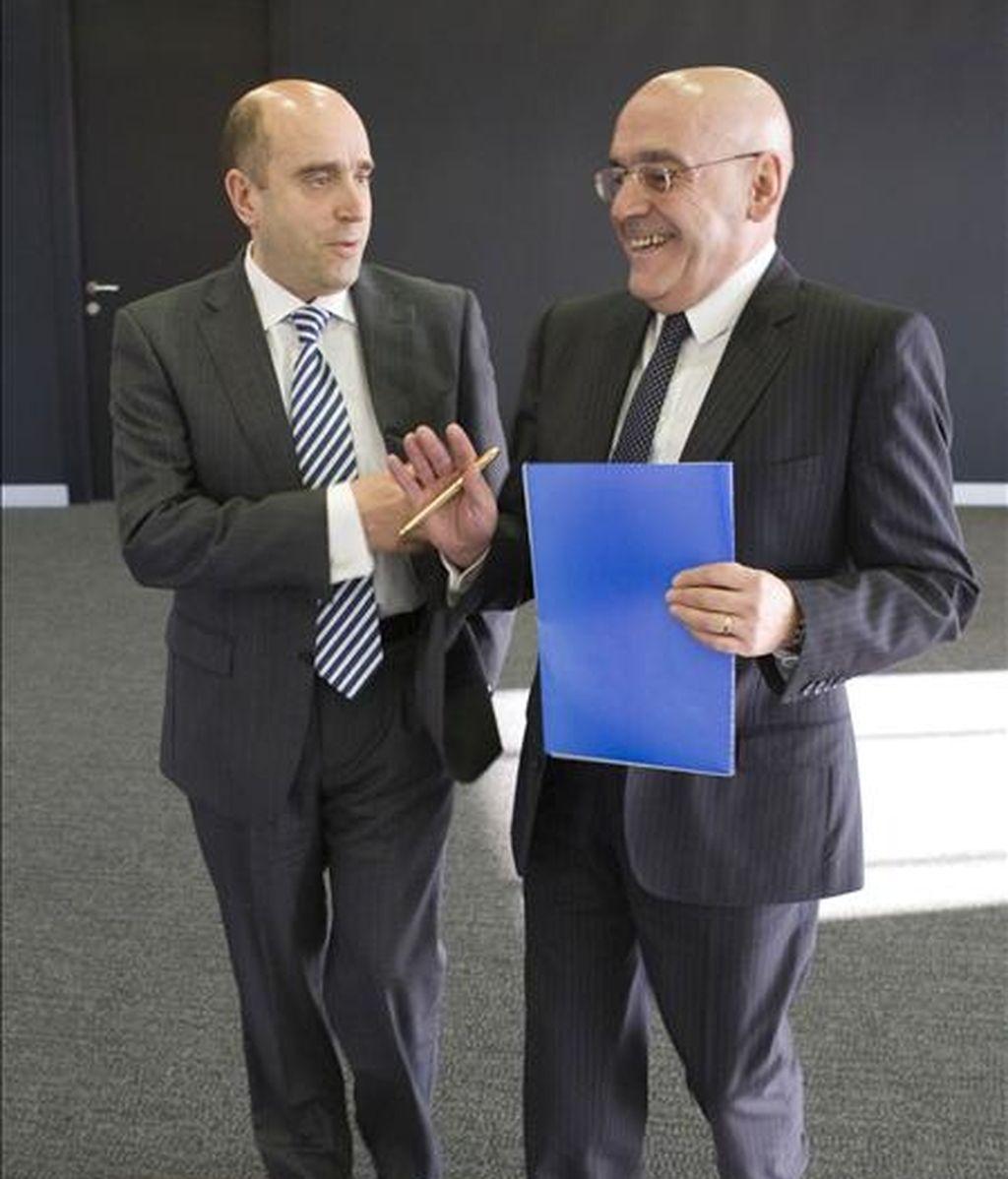 El presidente de Caja Vital Kutxa, Gregorio Rojo (d), y el director general, Joseba Barrena (i), se dirigen a la rueda de prensa en la que han informado sobre los resultados de la entidad en el año 2008. EFE