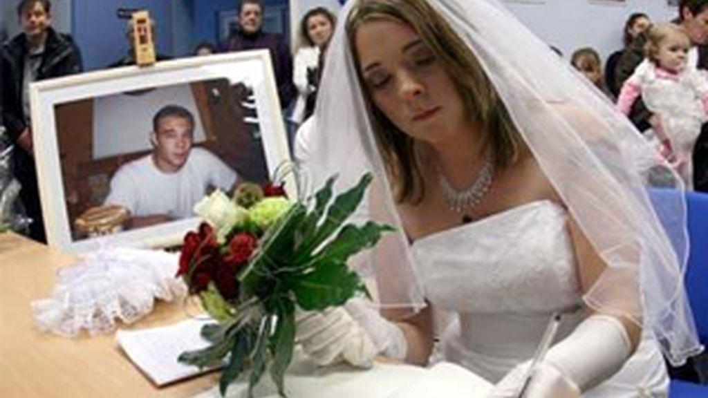 Magali ofició su 'boda postmortem' junto al retrato de su novio fallecido. Foto:Photoshot