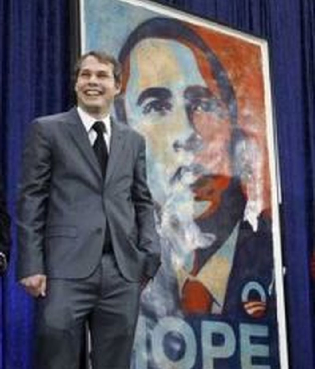 Shepard Fairey posa junto a su retrato de Obama en la National Portrait Gallery de Washington. Foto: AP