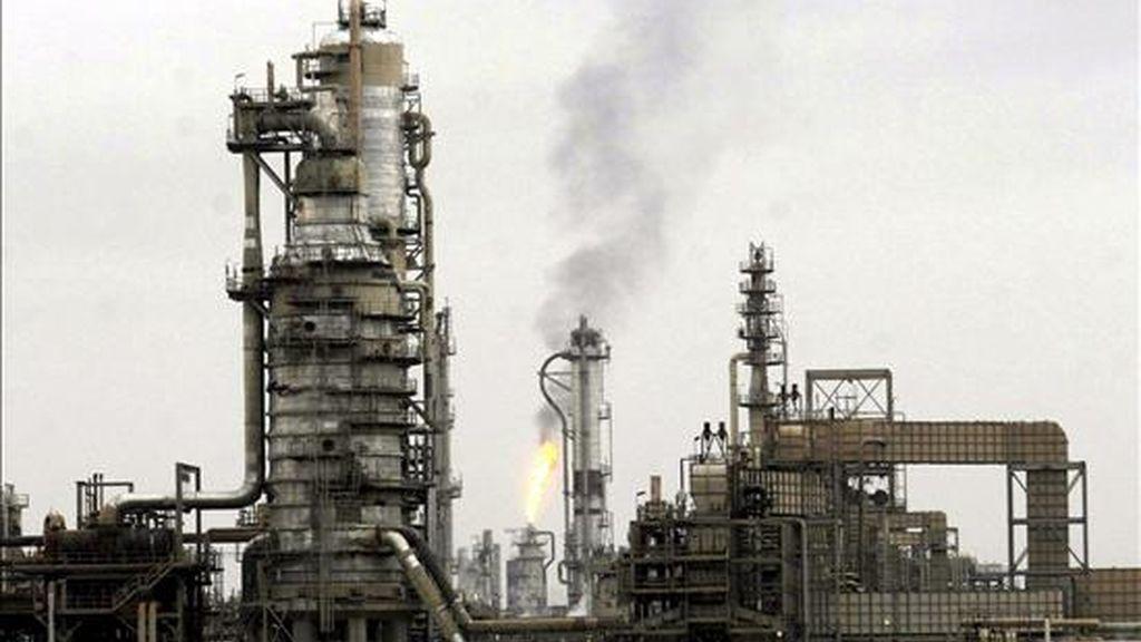 En la imagen, la refinería de Baiji a unos 180 km de Bagdad en Irak el 29 de diciembre de 2009. EFE/Archivo