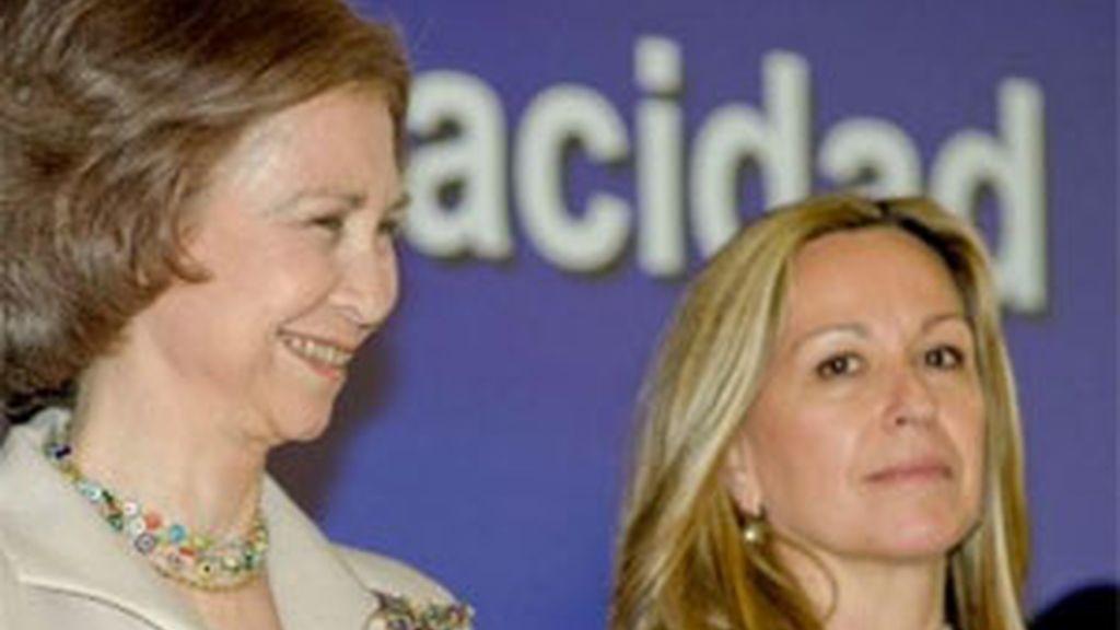 La reina Sofía, junto a la ministra de Sanidad, Trinidad Jiménez, esta mañana en el Hospital de Parapléjicos de Toledo. Foto: EFE.