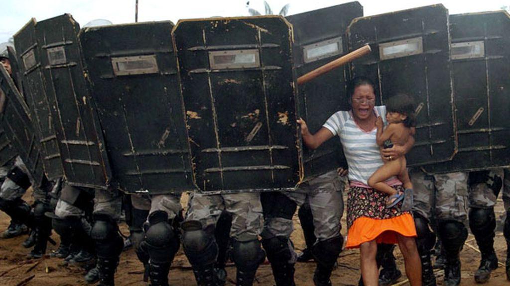 Mujer indígena se resiste a la policía en Manaus