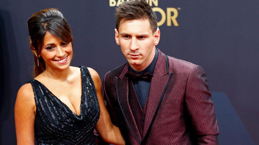 Antonella Roccuzzo, mujer de Messi, con un diseño con pedrería y escote de Rosa Clará