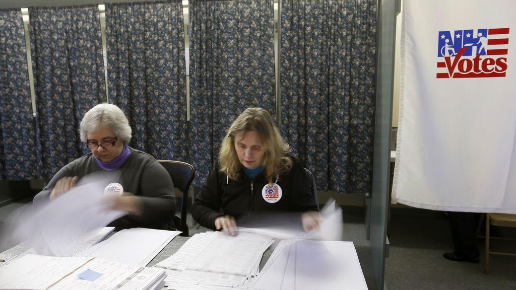 Los vocales de la mesa electoral comprueban las papeletas en New Hampshire