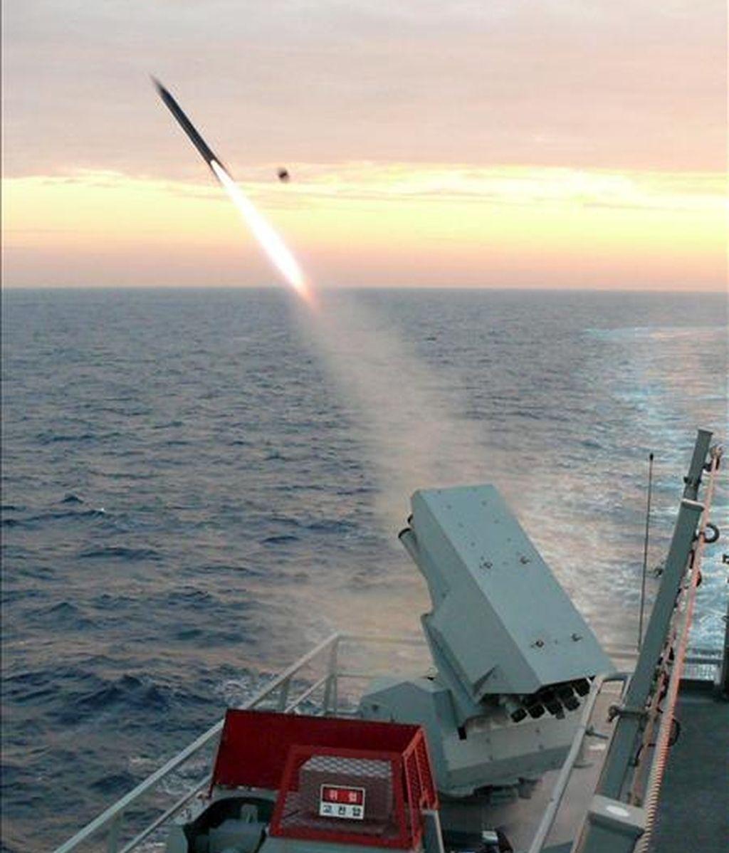 """Vista general de las maniobras conjuntas que desarrollan hoy Corea del Sur y Estados Unidos en el Mar del Este (Mar de Japón). Bajo el nombre de """"Espíritu invencible"""", estos ejercicios aéreos y navales, de cuatro días de duración, están destinadas a demostrar el poderío militar de Washington y Seúl al régimen comunista de Pyongyang, en respuesta al hundimiento en marzo de la corbeta surcoreana """"Cheonan"""", que causó 46 muertos. EFE"""