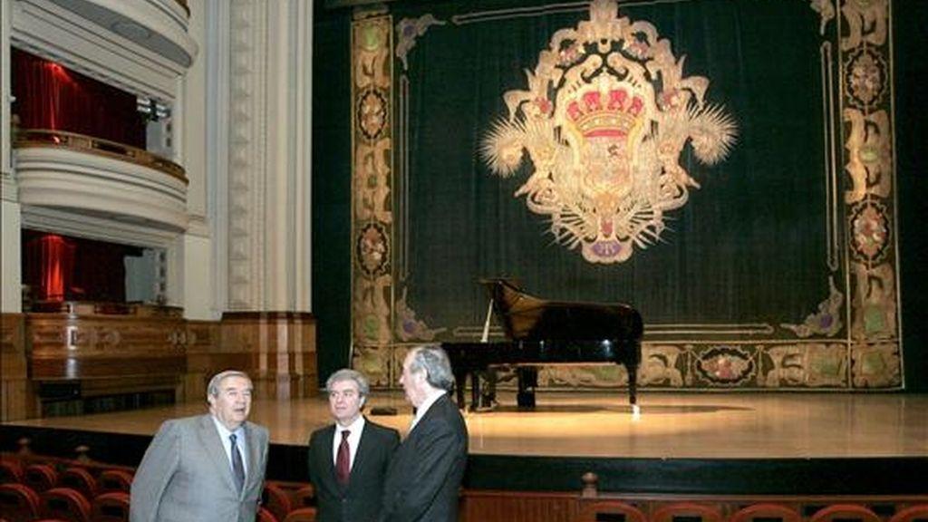 El ministro de Cultura, César Antonio Molina (c), durante la visita que ha realizado hoy al Teatro Pérez Galdós de Las Palmas de Gran Canaria, acompañado por su director, Juan Cambreleng (d), y el alcalde de la ciudad, Jerónimo Saavedra (2d). EFE