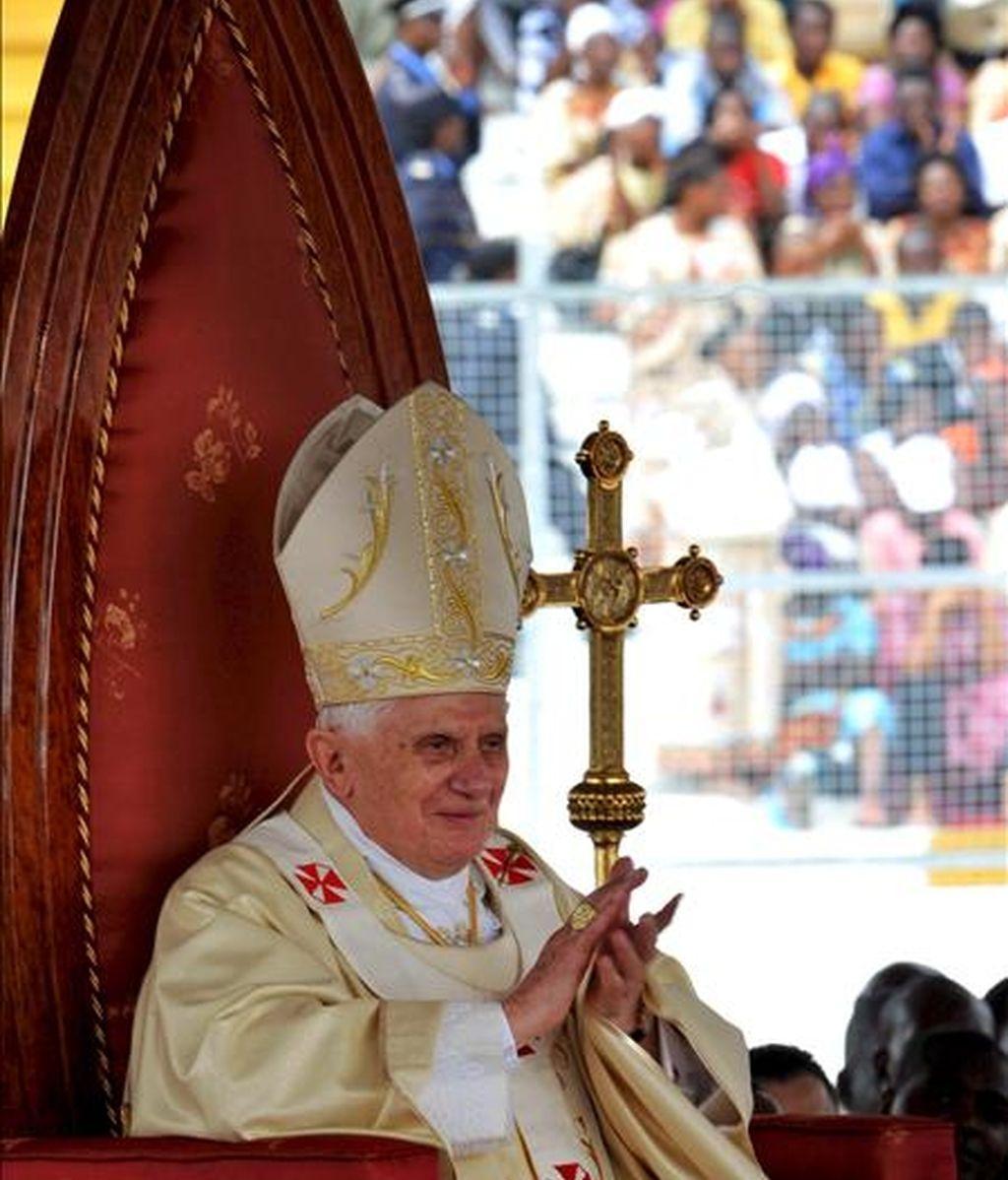 """El Papa Benedicto XVI durante la misa por la festividad de San José celebrada ante más de 60 mil fieles africanos en el estadio """"Amadou Ahidjo"""", en Yaundé (Camerún) el pasado 19 de marzo. En Camerún, el Papa afirmó que el sida no se combate """"con la distribución de preservativos que, al contrario, aumentan el problema"""". EFE/Archivo"""