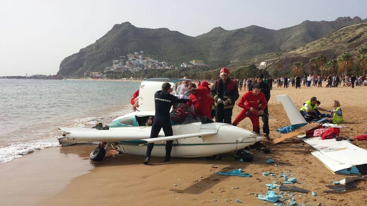 Una avioneta realiza un aterrizaje de emergencia en la playa de Las Teresitas (Tenerife)