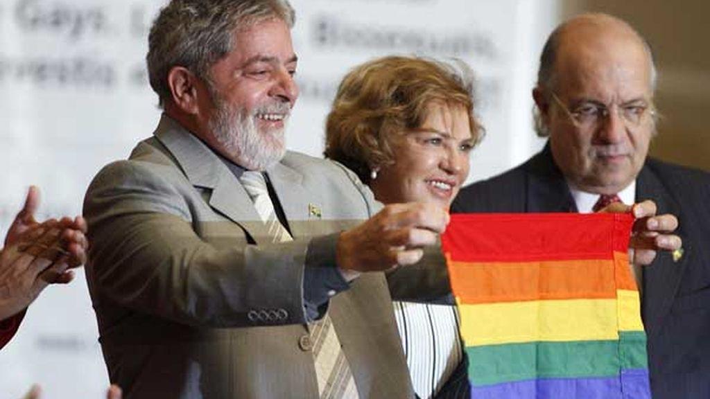Lula da Silva levantó la bandera del arco iris durante la apertura de la I Conferencia Nacional sobre Homosexuales, Lesbianas, Bisexuales, Travestidos y Transexuales. FOTO: AP