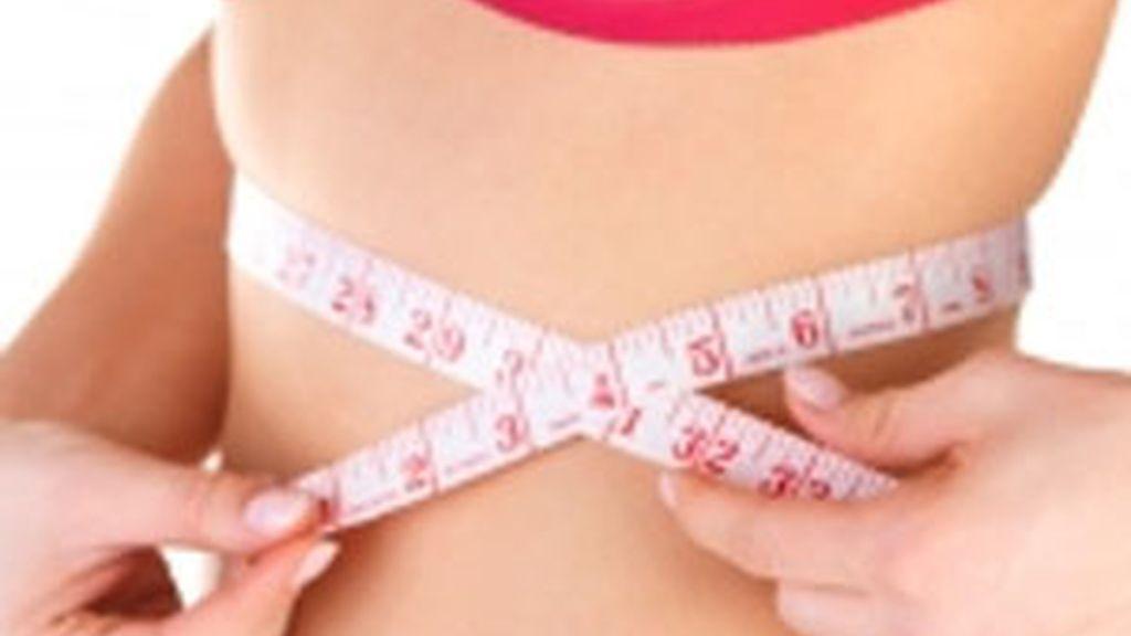 Los hombres jóvenes hacen más ejercicio que las mujeres, que siguen aumentando de peso.