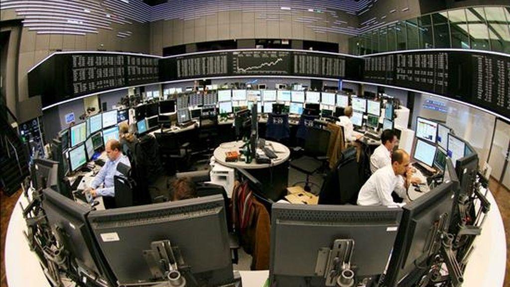 Varios agentes de la Bolsa operan en el parqué de Fráncfort, Alemania. EFE/Archivo