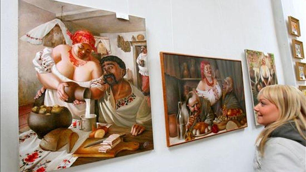 """Foto de archivo de una visitante que observa la pintura """"El jarrón de leche"""" del ruso Aleksandr Ivanov inspirada en la novela del escritor ucraniano Gogol, en el centro cultural de Ucrania en Magdeburgo (Alemania). EFE/Archivo"""
