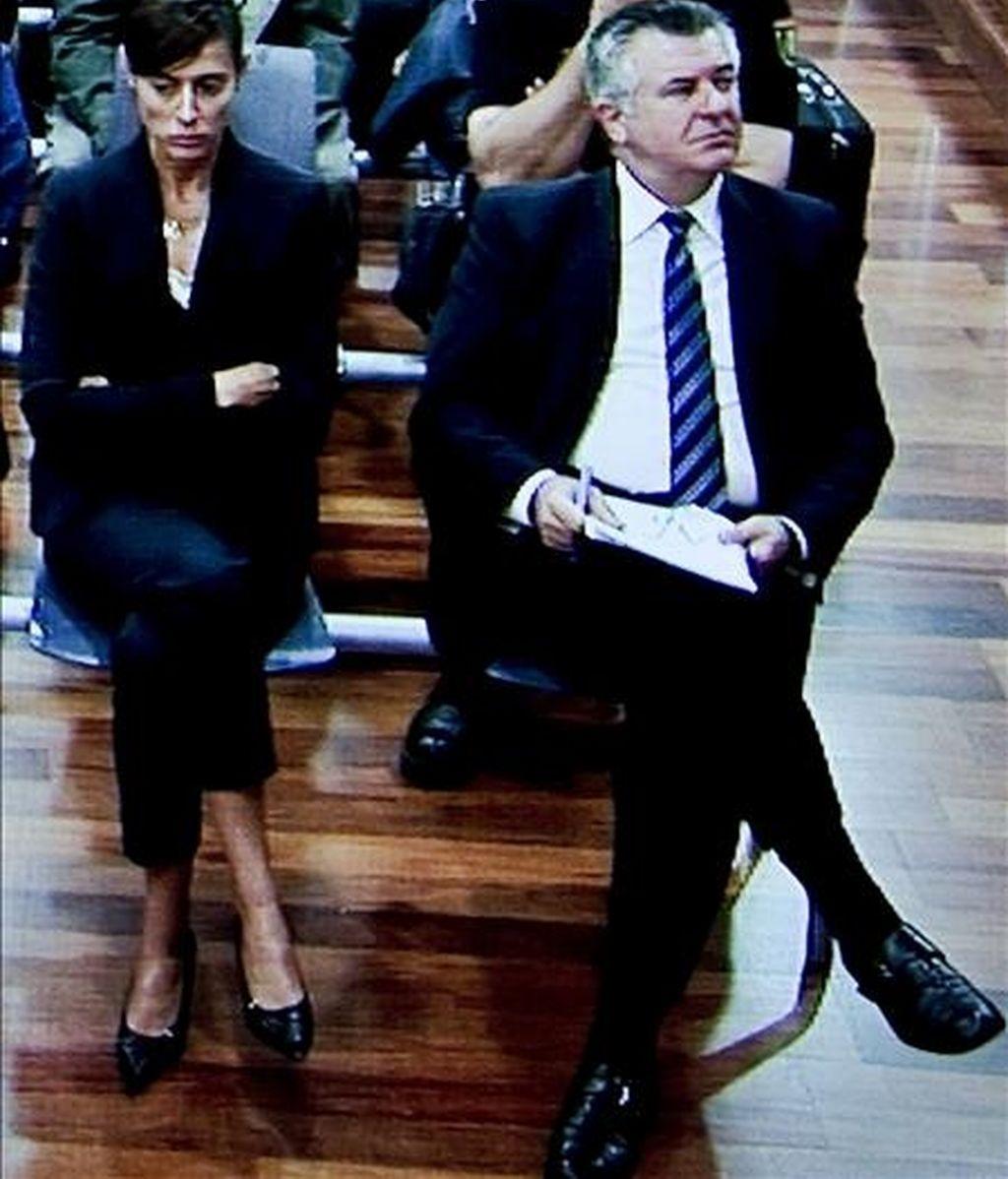 Imagen tomada de uno de los monitores de la sala de prensa de la Audiencia Provincial de Málaga, del banquillo de los acusados ocupado por el ex asesor de urbanismo del Ayuntamiento de Marbella Juan Antonio Roca y Monserrat Corullo, en la tercera sesión del juicio por el caso Malaya. EFE