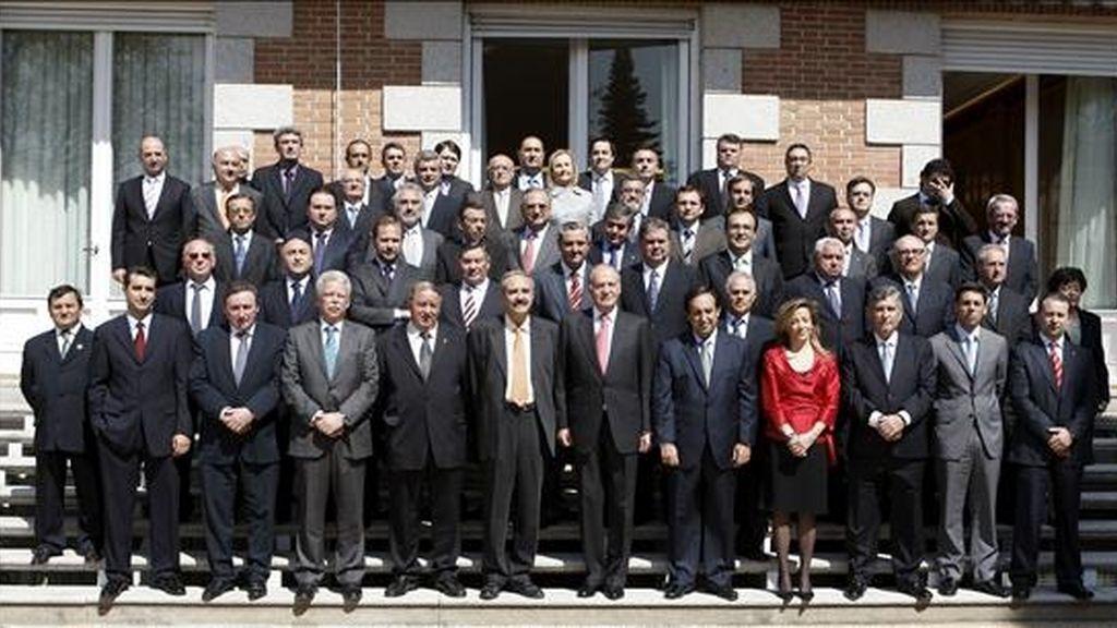 El Rey don Juan Carlos posa en las escaleras del Palacio de La Zarzuela con los miembros del Comité Ejecutivo de la Asociación Agraria de Jóvenes Agricultores (ASAJA) a quienes recibió en audiencia.EFE