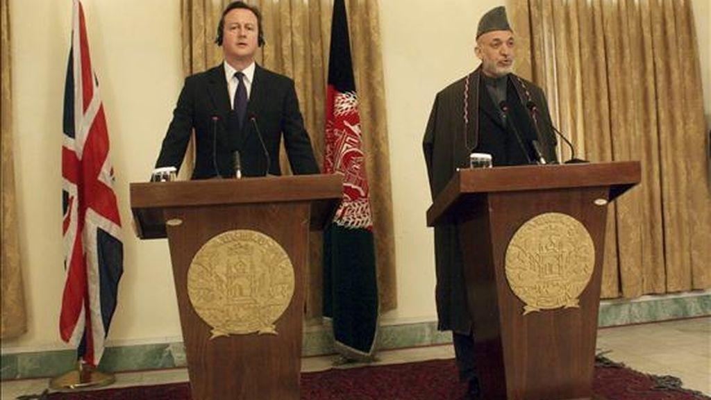 El primer ministro británico, David Cameron (izq), da una rueda de prensa acompañado por el presidente afgano, Hamid Karzai (dcha), en Kabul (Afganistán) hoy, 7 de diciembre de 2010. Cameron, en visita no anunciada, aseguró que, para 2015, no habrá fuerzas de su país en misiones de combate. EFE
