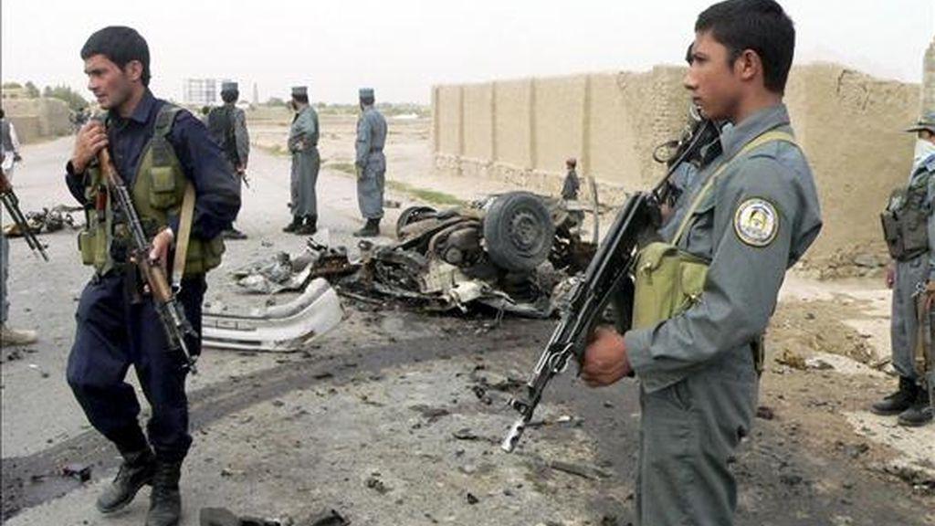 Policías afganos desplegados en el lugar tras producirse un atentado suicida hoy contra un jefe de policía en Kandahar, sur de Afganistán. EFE