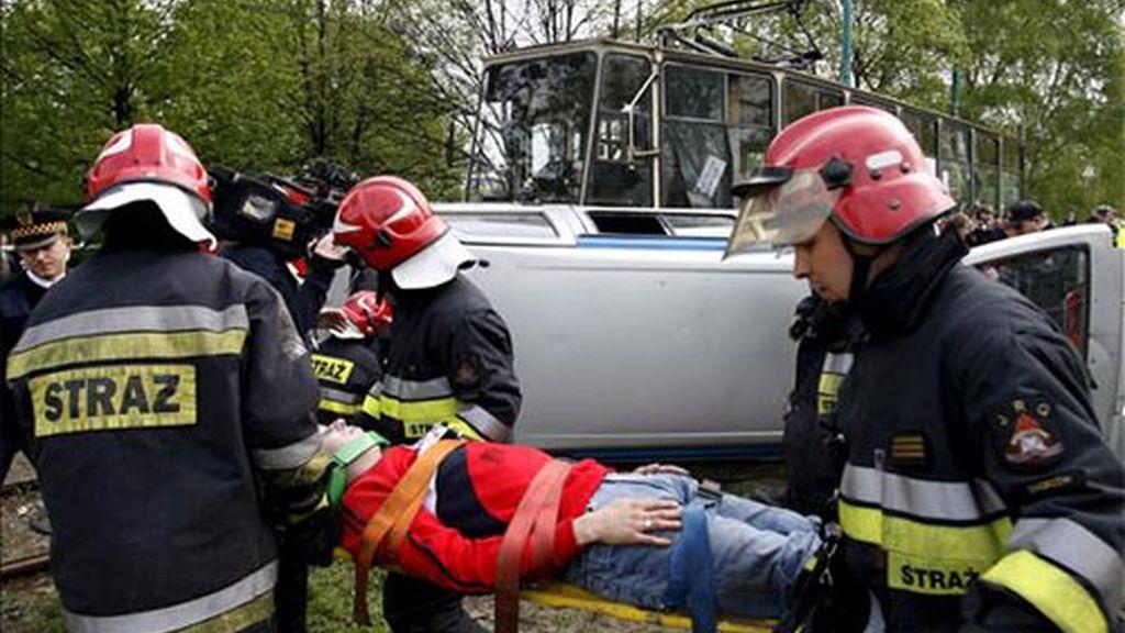 """Ferrocarriles de Ucrania informó en un comunicado de que """"el conductor del autobús ignoró el semáforo y entró en el cruce cuando se acercaba el tren"""". Foto: EFE."""